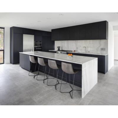 Forme unidades modernas de gabinetes de cocina negros con fregadero