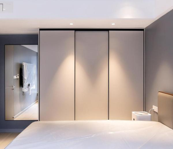 Modern plywood sliding door wardrobe design for bedroom