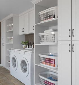 Conjunto de diseño de fabricantes de gabinetes de lavandería en forma de l