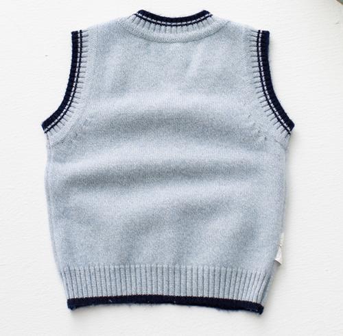 chaleco de tejido de punto gris con cuello en v y cachemira gris con tira