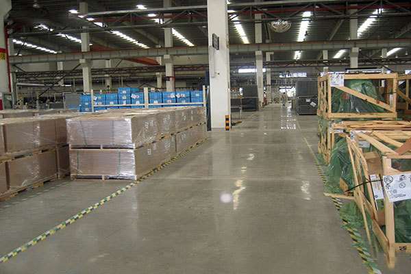 How can the floor of the workshop choose the right sealing and curing floor material?