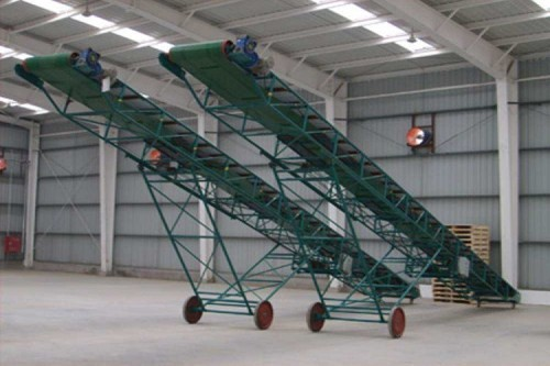 ناقل متحرك بسيط يستخدم في حل مناولة الحبوب أو البضائع الخفيفة