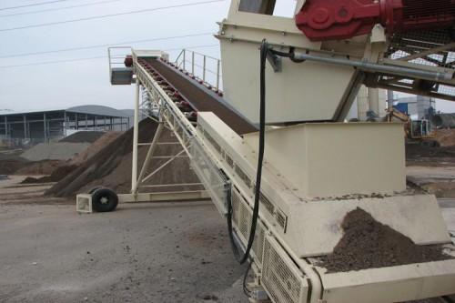 Тяжелый мобильный ленточный конвейер, используемый для штабелирования раствора или загрузки баржи