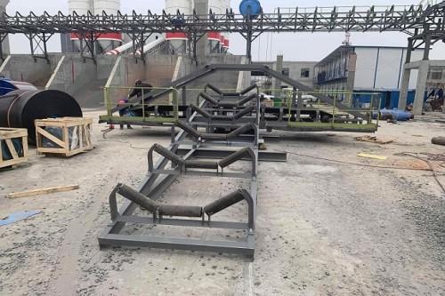 Ленточный конвейер с опрокидывающейся тележкой для штабелирования сыпучих материалов