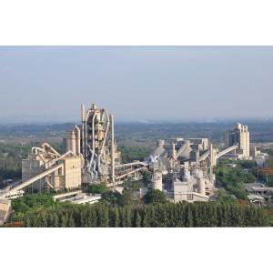 Planta de procesamiento de cemento que utiliza un sistema de cintas transportadoras para el manejo de materias primas