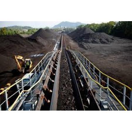 Sistema de transporte de carbón crudo a granel para almacenamiento y carga en puerto