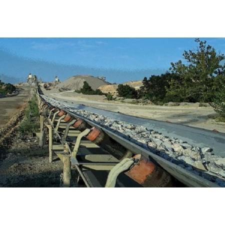Cinta transportadora terrestre utilizada para la entrega a larga distancia de material a granel