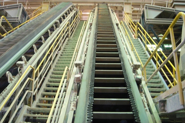 conveyor with sidewall