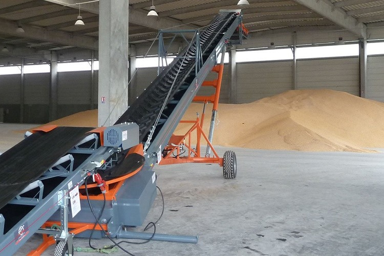 Mobile conveyor for grain