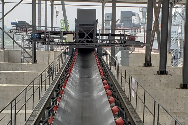 Belt conveyor with tripper car for bulk material stacking solution