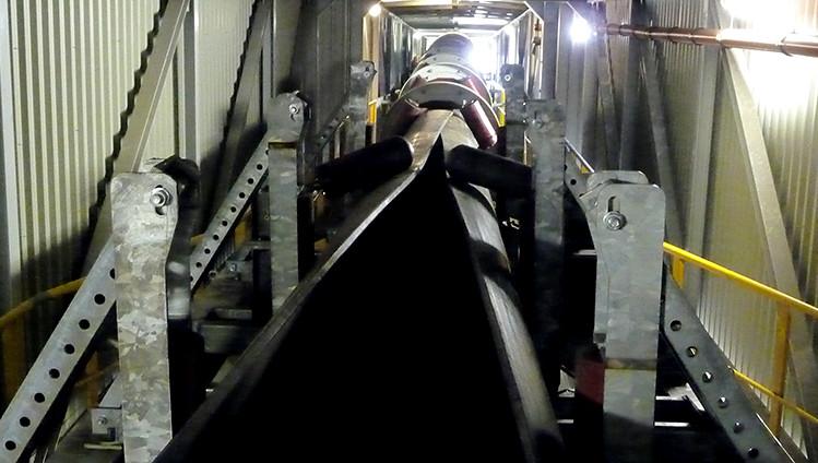 Transportador de cinta tubular para la manipulación de carbón