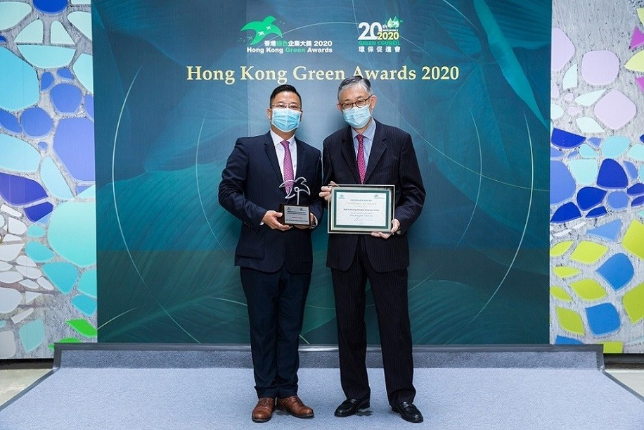 Mr Desmond Chung, CFO, received the award from Mr Shih Wing-Ching, Chairperson of Green Council