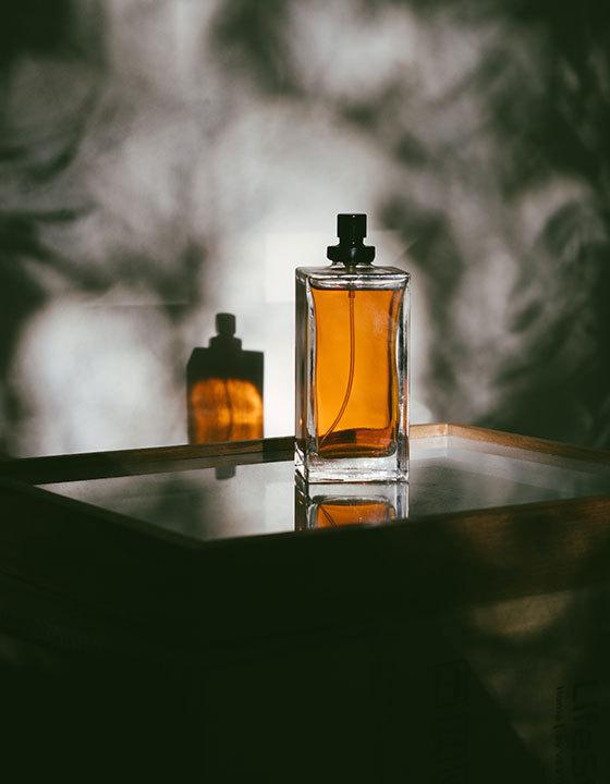 ما هو الفرق بين الزجاجة المنفوخة والزجاجة المصبوبة؟