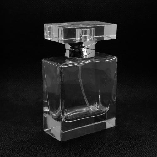 زجاجة عطر زجاجية بحجم 50 مل للبيع   زجاجة زجاجية ذات عنق مجعد FEA15   تلميع يد مع طلاء شفاف للأشعة فوق البنفسجية   غطاء بلاستيكي بمضخة وسورلين   تصنيع زجاجات GP