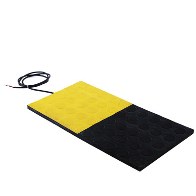 Safety mats are used around the robot to protect people's safety.