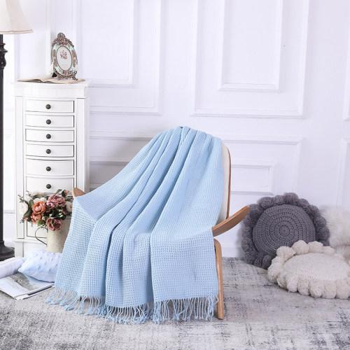 Couverture tricotée légère douce de motif de gaufre en gros avec des glands de l'usine chinoise