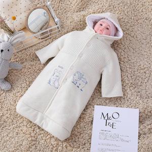 Sac de couchage tricoté pour bébé nouveau-né en gros anti-boulochage avec capuche, corps avec broderie et bouton