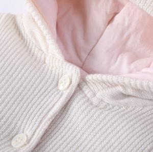 Saco de dormir BabyGirl de punto recién nacido al por mayor Anti-pilling con capucha, cuerpo con botón y diseño de bordado