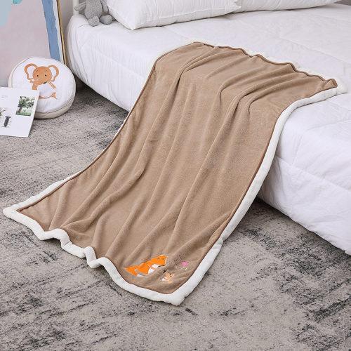 Couverture de bébé de Sherpa en gros, couverture recyclable de modèle neutre d'écureuil de brun moelleux